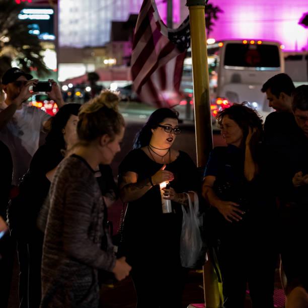 Bougie de lumières femme lors d'une veillée de mémorial de victimes sur le Las Vegas Boulevard en face de l'emplacement de la Route 91 Festival - Photo