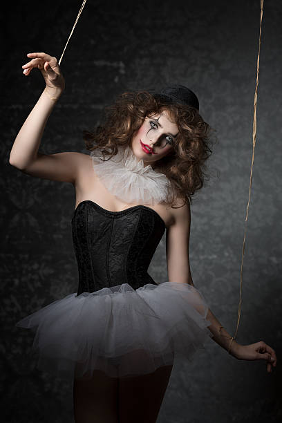frau wie der gotischen puppen-clown - horror zirkus stock-fotos und bilder