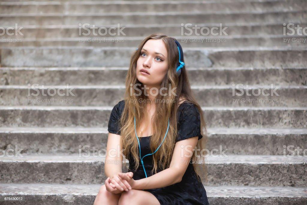 Kadın bir akıllı telefon üzerinden müzik dinleme royalty-free stock photo