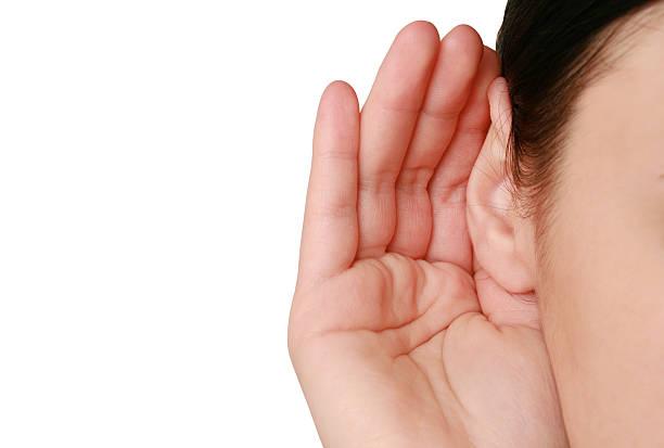 Frau hören Klatsch – Foto