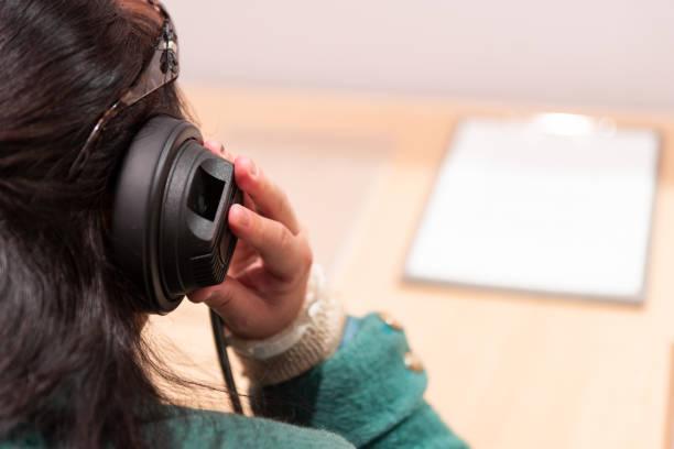 Frau hört Kopfhörer – Foto