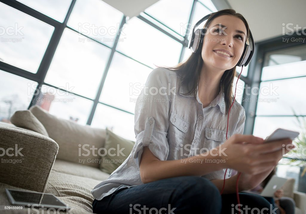 Frau Musik hören - Lizenzfrei Attraktive Frau Stock-Foto