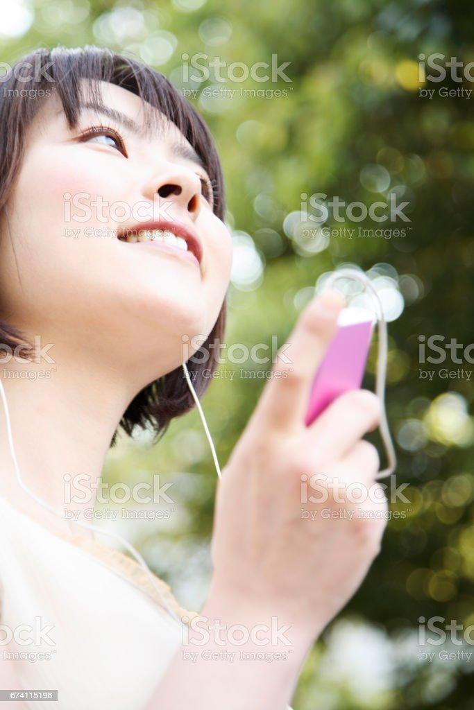 女人聽音樂 免版稅 stock photo