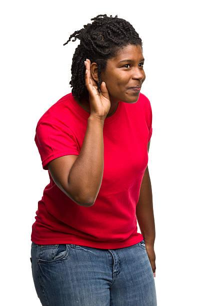 frau mit hand auf ohr hören - rote dreads stock-fotos und bilder