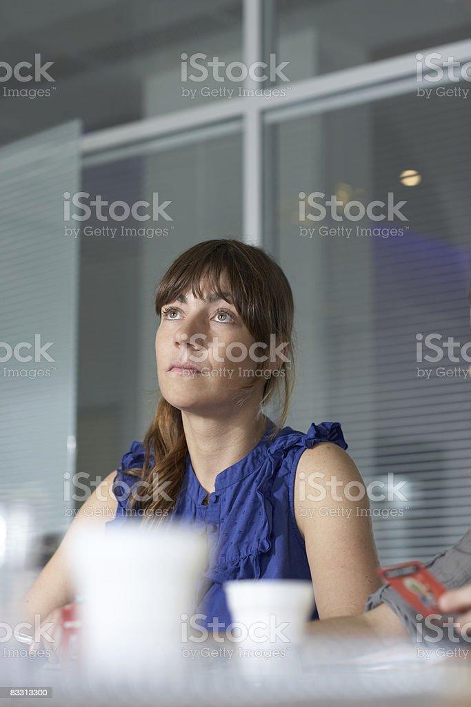 Donna Ascolta durante l'incontro foto stock royalty-free