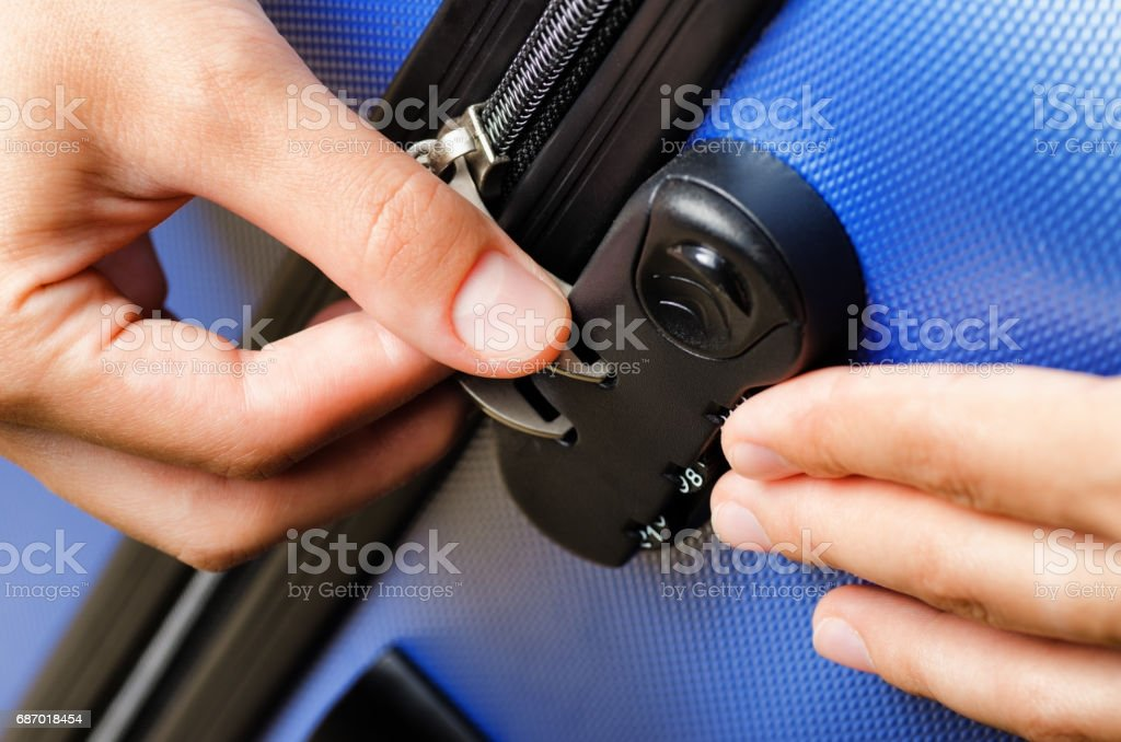 Frau gesperrt ihr Gepäck im blauen Koffer Lizenzfreies stock-foto