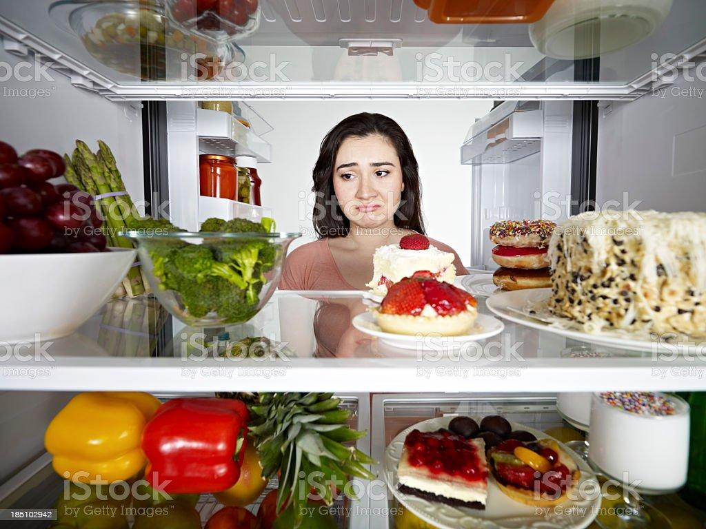 Mulher olhando um brócolis - foto de acervo