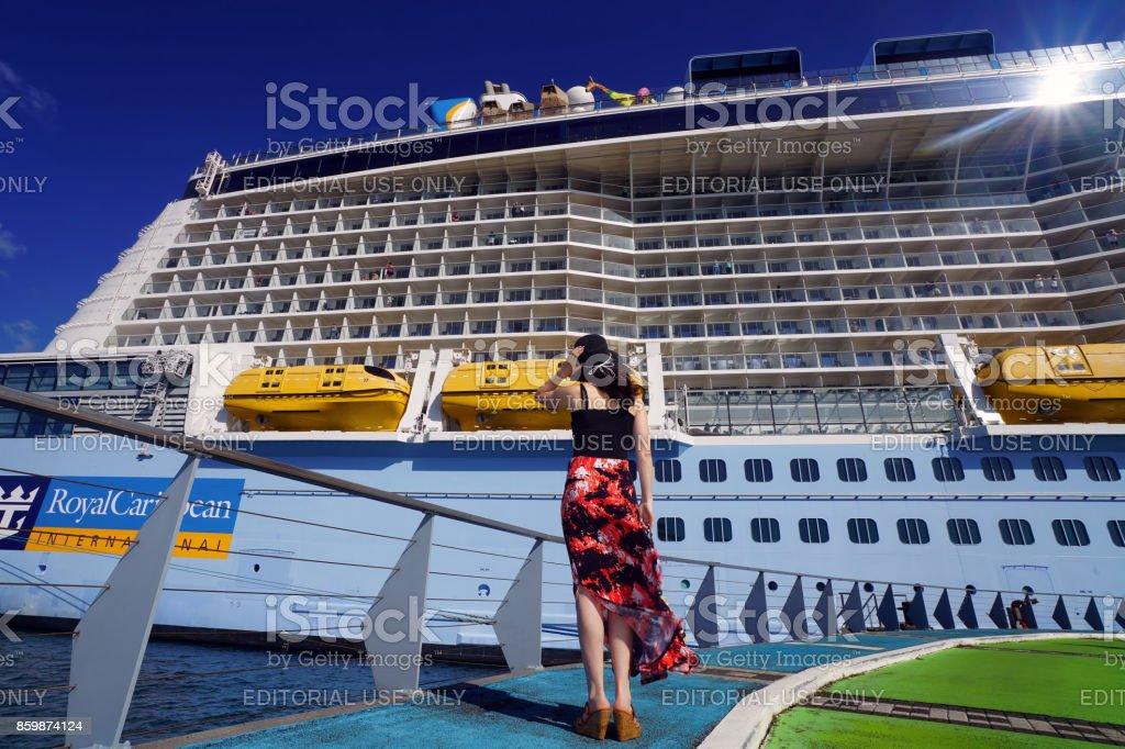 Frau auf der Suche auf einem Kreuzfahrtschiff – Foto
