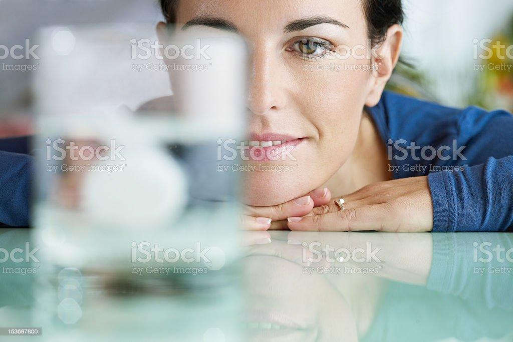 Frau Blick auf aspirin in Glas Wasser – Foto