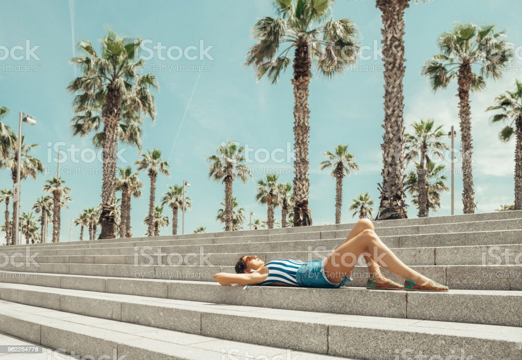 Mujer mirando a la playa de la Barceloneta - foto de stock