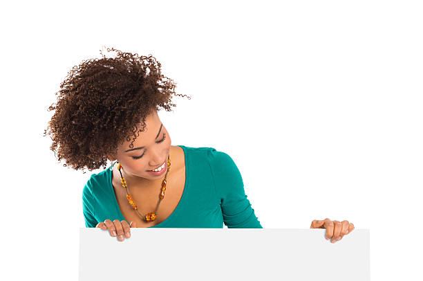 donna guardando al tabellone - guardare verso il basso foto e immagini stock