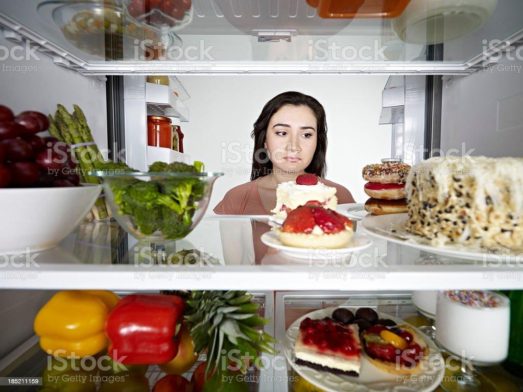 Mulher olhando bolo - foto de acervo