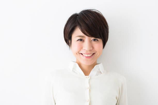 看著觀景窗的婦女 - 日本人 個照片及圖片檔