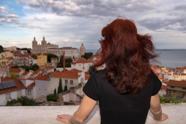 Frau schaut auf Lissabon – Foto