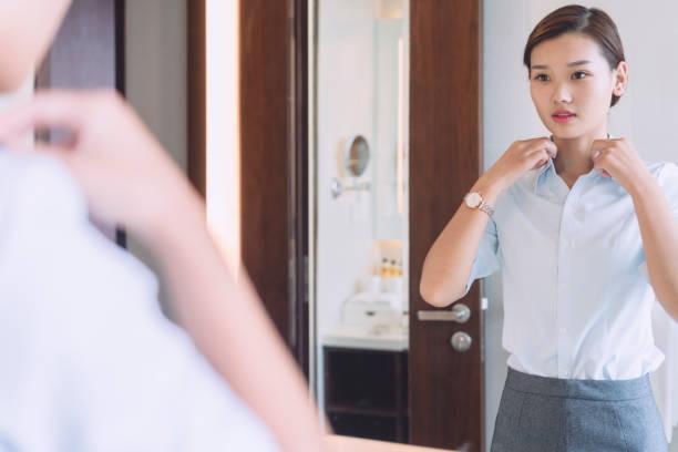Frau im Spiegel im Bad – Foto