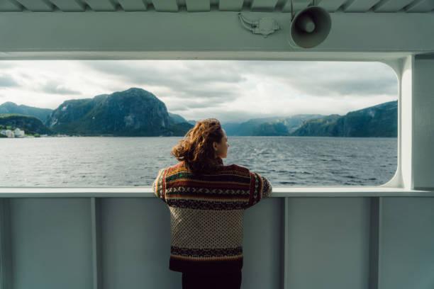 vrouw kijken naar schilderachtig uitzicht vanaf veerboot - veerboot stockfoto's en -beelden