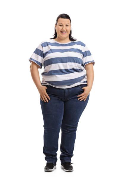 frau mit blick in die kamera und lächelnd - damen jeans übergrößen stock-fotos und bilder