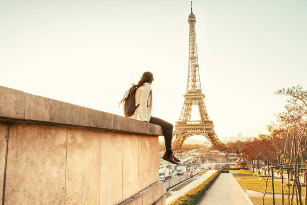woman looking at the eiffel tower in paris - saccopelista foto e immagini stock
