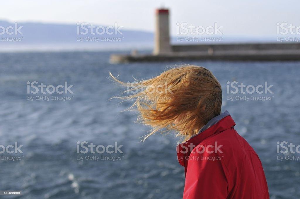 Frau Blick auf das Meer an einem windigen Tag Lizenzfreies stock-foto