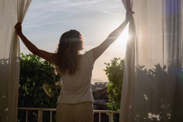 Frau schaut auf den Sonnenaufgang am Morgen – Foto