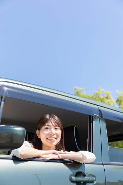 車窓からの景色を見ている女性 ストックフォト