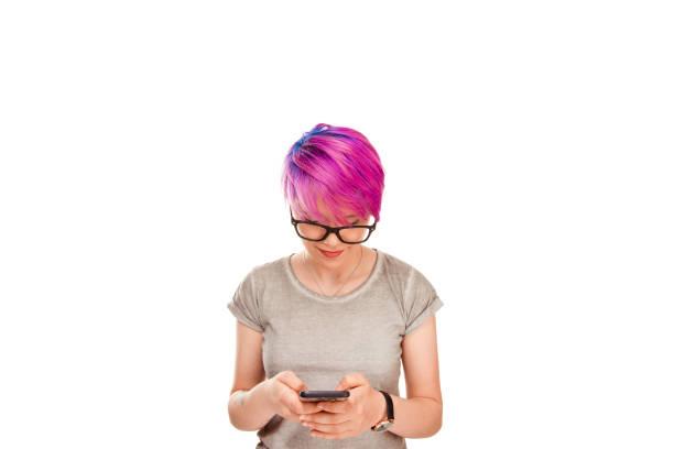 frau betrachten funktioniert auf handy sehen gute nachrichten - damen shirts online stock-fotos und bilder