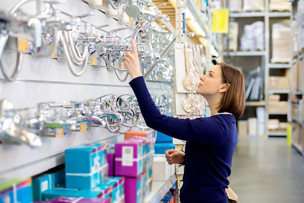 Frau suchen in Installation store-Dusche – Foto