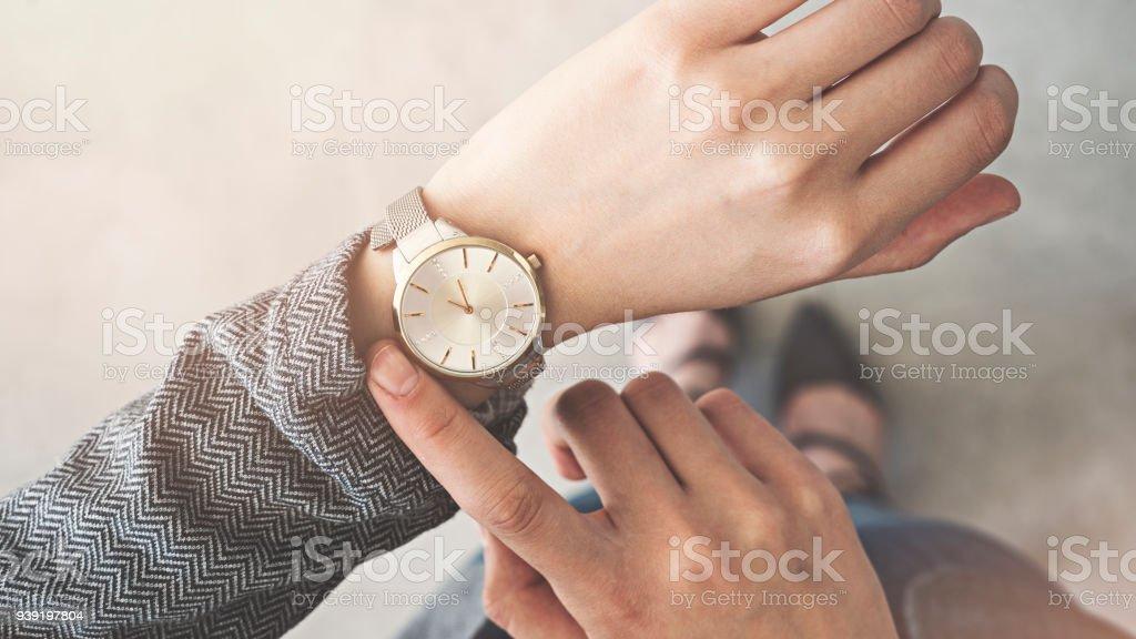 Frau, die ihre Uhr Stand up – Foto