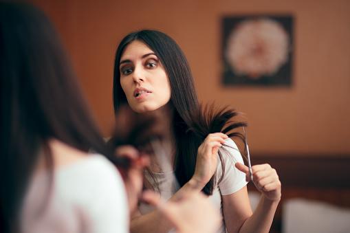 Frau Blick In Spiegel Schneiden Split Haarendeten Stockfoto und mehr Bilder von Ausgedörrt