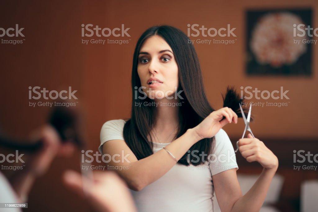 Frau Blick in Spiegel schneiden Split Haarendeten - Lizenzfrei Ausgedörrt Stock-Foto