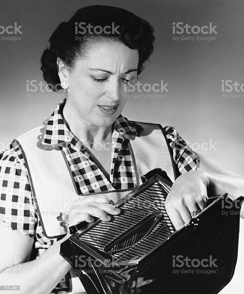 Mujer mirando en el bolso foto de stock libre de derechos