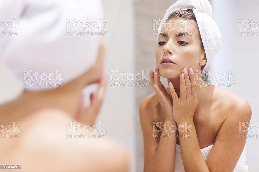 Mujer mirando el reflejo en el espejo después de ruedas - foto de stock