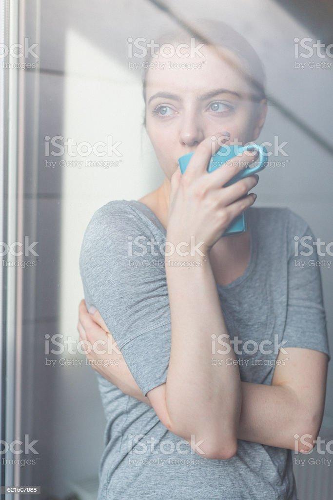 Frau schaut aus dem Fenster Lizenzfreies stock-foto