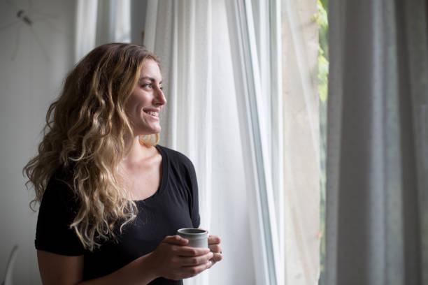 Frau, die mit Kaffee – Foto