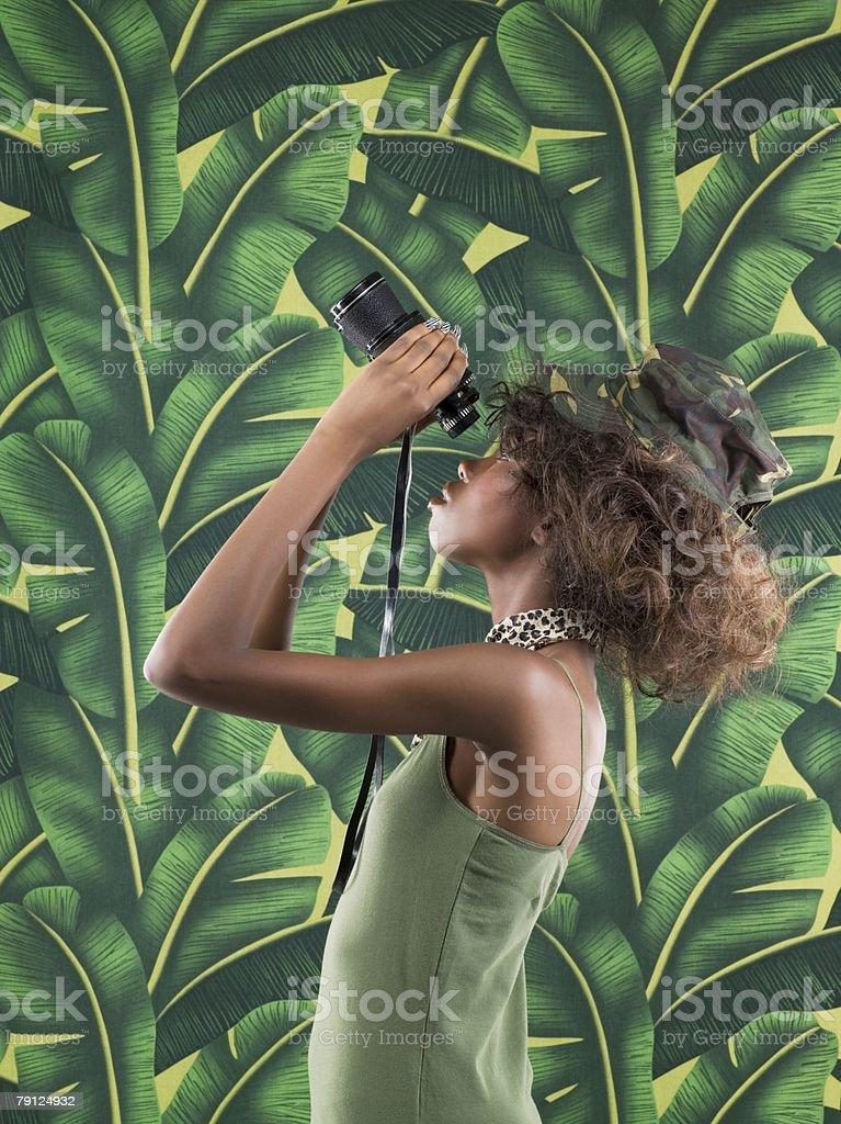 여자 루킹 쌍안경을 통해 royalty-free 스톡 사진