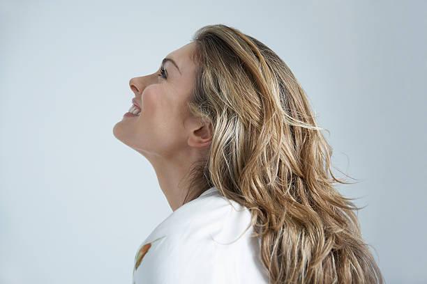 Frau Blick nach oben mit Farbiger Hintergrund – Foto