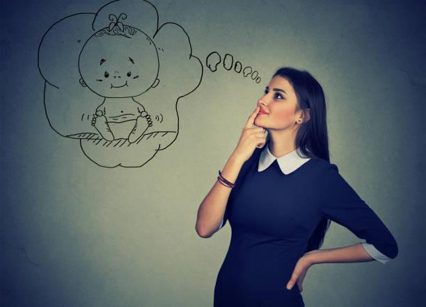 frau nachschlagen und träumt von einem baby - zukunftswünsche stock-fotos und bilder
