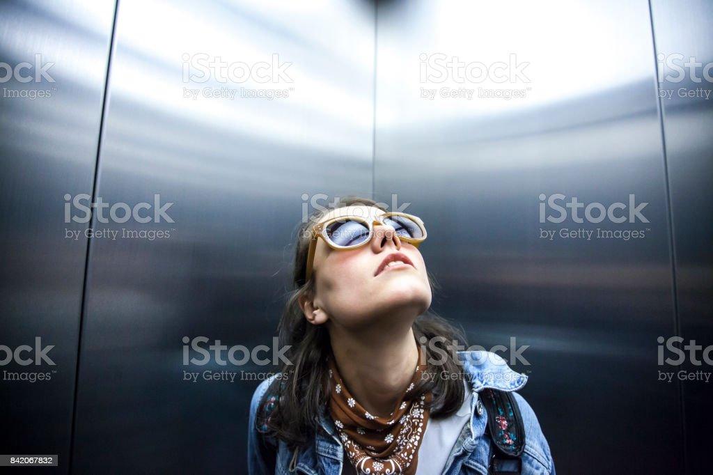 Frau im Aufzug nachschlagen – Foto