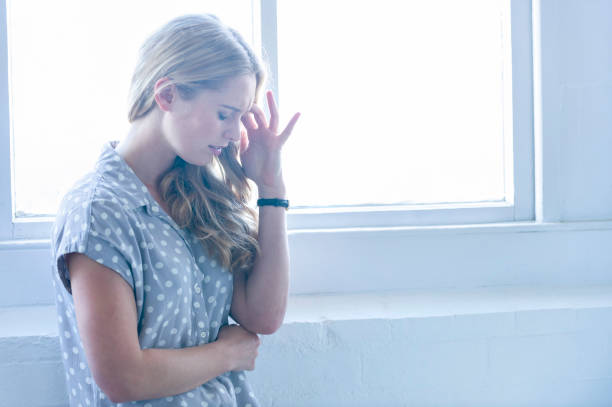 frau suchen verärgert oder schmerzen. - migräne vorbeugen stock-fotos und bilder