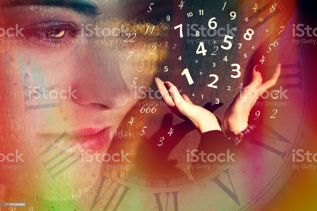 Une femme regarde les mains à partir desquelles les nombres s'envolent, la numérologie - Photo de Magicien libre de droits