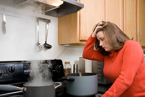 cucina di frustrazione - chef triste foto e immagini stock