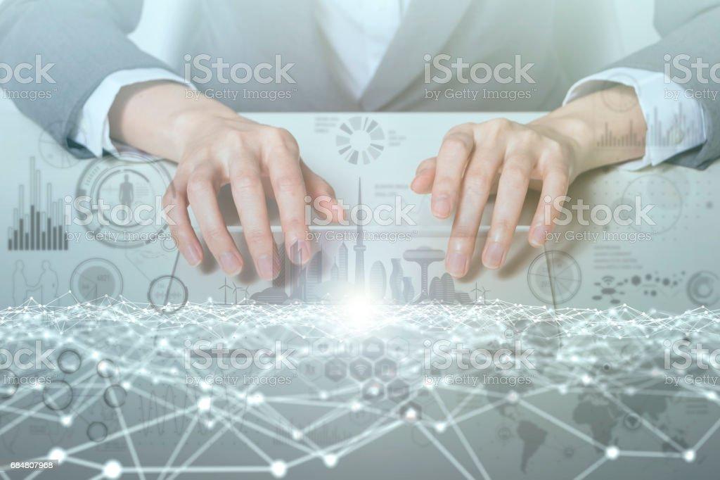 femme regarde panneau Moniteur transparent qui indique les techniques graphiques Ito (Internet des objets), TIC (technologies de l'Information Communication), transformation numérique, image abstraite visuelle - Photo