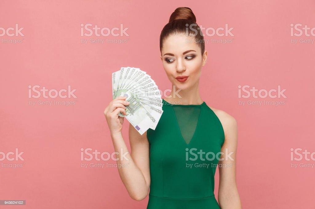 Frau sieht mit Lust auf Geld – Foto