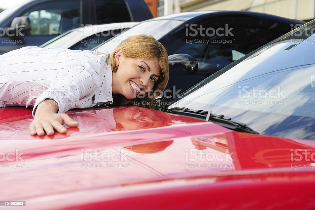 Mujer disfruta de su nuevo coche rojo - foto de stock