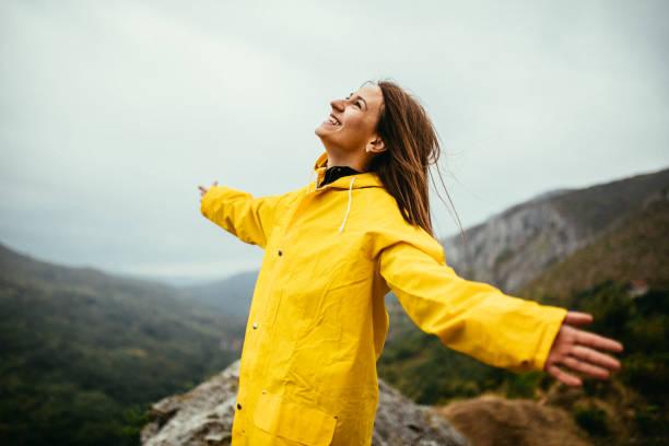 frau liebt den regen - regenzeit stock-fotos und bilder