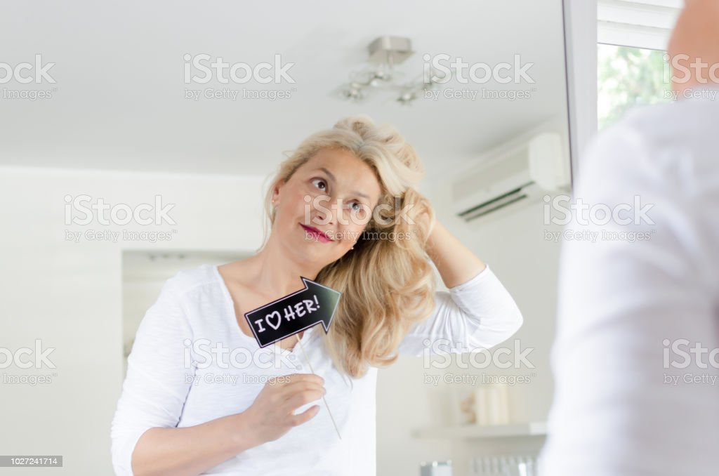 Mulher amar o cabelo dela - foto de acervo