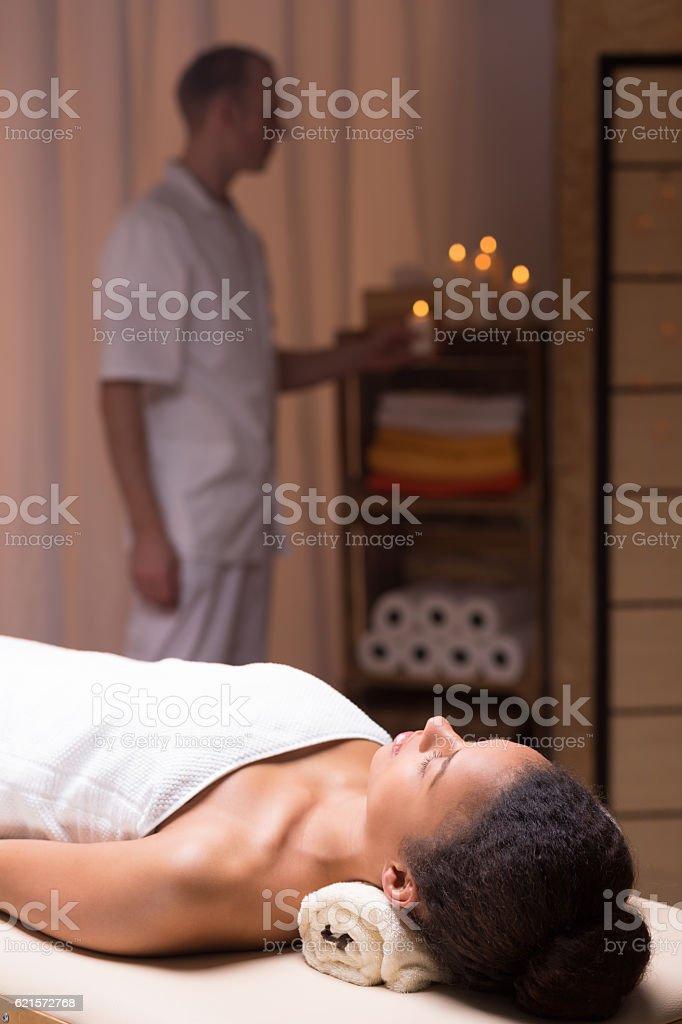Woman lying in a spa room photo libre de droits