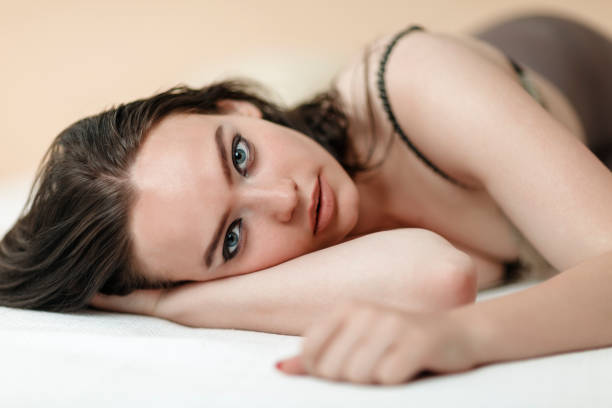 Frau liegt auf dem Bett – Foto