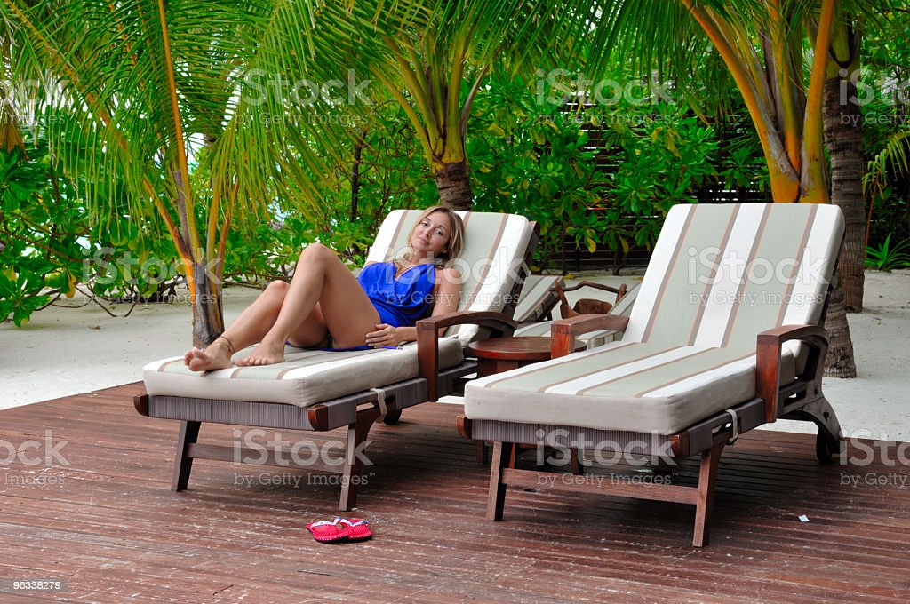 woman lying on chaise longue - Royaltyfri Badkläder Bildbanksbilder