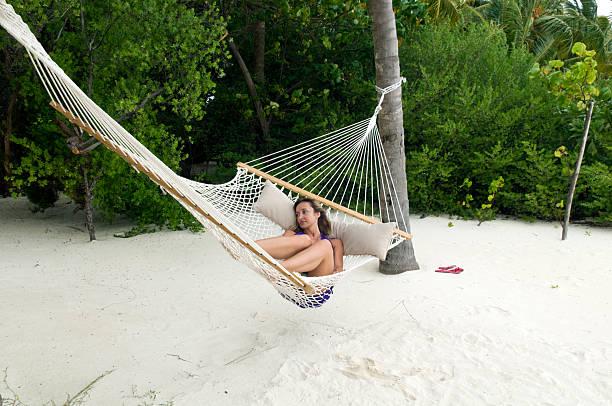 Kobieta, leżąc w hamaku – zdjęcie